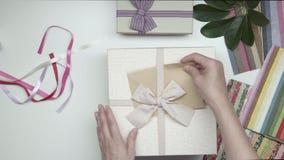 Embalaje del regalo en una caja 17