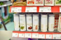 Embalaje del té en estantes del supermercado fotos de archivo libres de regalías