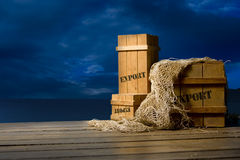 Embalajes de madera pila de discos para la exportación en muelle Fotos de archivo libres de regalías