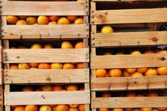 Embalajes de madera por completo de naranjas Foto de archivo libre de regalías