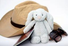 Embalando para las vacaciones/el día de fiesta - sunhat, juguete suave, gafas de sol y pasaporte Foto de archivo libre de regalías