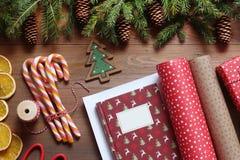 Embalando um presente do Natal em uma tabela de madeira Foto de Stock Royalty Free