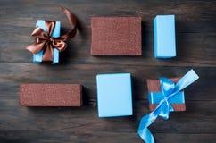 Embalando y adornando los regalos hechos a mano de una Navidad en azul y Br Imágenes de archivo libres de regalías