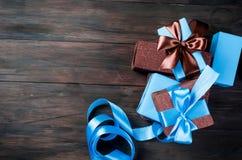 Embalando y adornando los regalos hechos a mano de una Navidad en azul y Br Imagenes de archivo