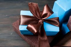 Embalando y adornando los regalos hechos a mano de una Navidad en azul y Br Fotografía de archivo libre de regalías