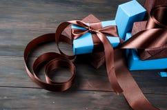 Embalando y adornando los regalos hechos a mano de una Navidad en azul y Br Imagen de archivo