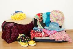 Embalar la maleta para las vacaciones de verano Imagen de archivo