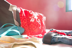 Embalar una maleta para el verano Imagen de archivo libre de regalías