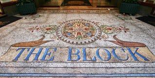 Embaldosado colorido del mosaico en modelo del follaje en la entrada al centro comercial victoriano de arcada histórica del bloqu imagenes de archivo
