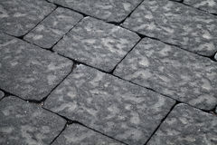 Embaldosado de piedra gris oscuro, pavimento urbano Imagen de archivo libre de regalías