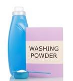 Embale o pó de lavagem no copo de medição, garrafas com o líquido isolado Foto de Stock Royalty Free