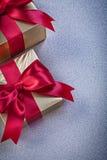 Emballé dans des boîte-cadeau de papier scintillants des vacances grises de fond Image stock