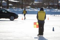Emballage automatique sur la glace, pneus d'hiver dans la température froide extrême images libres de droits