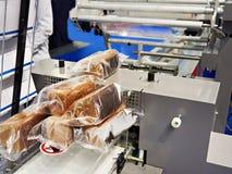 Emballage av bröd på fabriken arkivbild