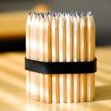 Emballage av enkla blyertspennor Många blyertspennor som travas i en stor hög, anmärker arkivbilder