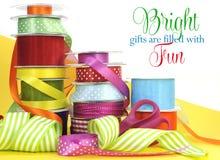 Emballage cadeau multi lumineux de couleur Photo stock