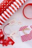 Emballage cadeau rouge de Noël blanc Photos libres de droits