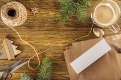 Emballage d'un smartphone pour un cadeau le désordre sur la table Placez les FO Image stock