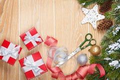 Emballage de cadeaux de Noël images libres de droits