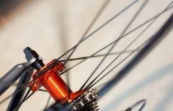 Emballage de l'essieu arrière de chrome de bicyclette sur la roue de fibre de carbone images libres de droits