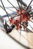 Emballage de l'essieu arrière de chrome de bicyclette sur la roue de fibre de carbone photo stock