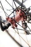 Emballage de l'essieu arrière et des vitesses rouges de bicyclette photographie stock