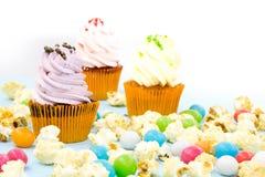 Emballage de petit gâteau, boîte de la livraison, petits gâteaux de vanille avec de la crème rose et blanche, foyer sélectif, fin Images stock