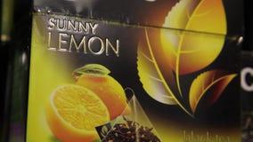 Emballage de thé noir avec le citron, plan rapproché banque de vidéos