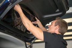 Emballage de voiture attachant teintant l'aluminium dans la fenêtre de voiture image libre de droits