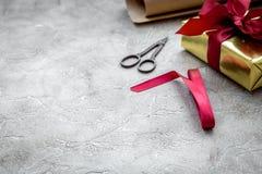 Emballage des cadeaux dans la boîte pour des vacances sur le fond en pierre image libre de droits