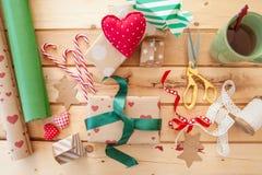 Emballage des cadeaux de Noël Photographie stock libre de droits