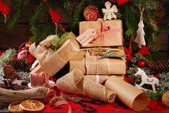 Emballage des cadeaux de Noël en papier d'eco Images libres de droits