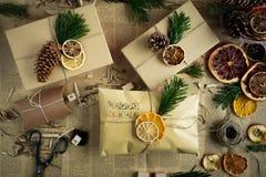 Emballage des cadeaux de Noël modernes Concept de Noël Images stock