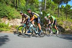 Emballage des cyclistes sur une colline Photos stock