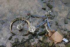 Emballage du vélo dans le fleuve Photos stock