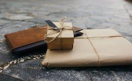 Emballage kraft, en gåvabok, en gåvaask arkivbilder