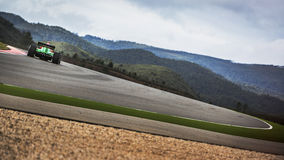 Emballage sur la voie entre les collines dans une voiture de course de formule images stock