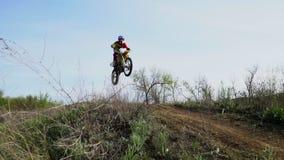 Emballage tous terrains de motocross d'Enduro la poussière de dessous les roues banque de vidéos