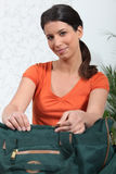 emballageresväskakvinna Arkivbild