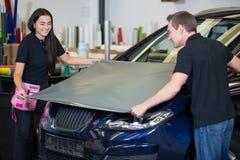 Emballages de voiture enveloppant le véhicule avec le film ou l'aluminium de vinyle Photos stock