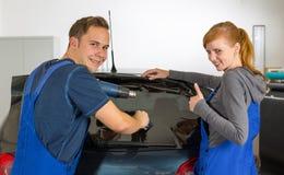 Emballages de voiture teintant une fenêtre de véhicule avec un aluminium ou un film teinté Photographie stock libre de droits