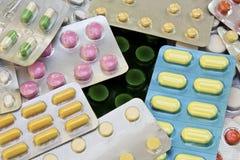 Emballages des pilules et capsules des médecines image stock