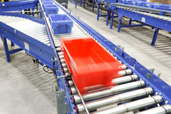 Emballages sur une bande de conveyeur Photo libre de droits