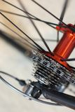 Emballant l'essieu arrière de bicyclette avec emballer des vitesses de cassette photo stock