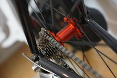 Emballant l'essieu arrière rouge de bicyclette avec emballer des vitesses de cassette photo libre de droits