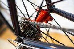 Emballant l'essieu arrière rouge de bicyclette avec emballer des vitesses de cassette photographie stock libre de droits