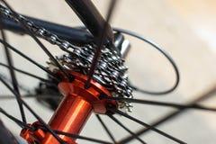 Emballant l'essieu arrière rouge de bicyclette avec emballer des vitesses de cassette image libre de droits