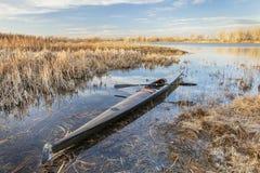 Emballant le kayak de mer prêt pour le barbotage Images libres de droits