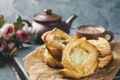 Emballe la pâte feuilletée du fromage, maison-européenne Petits pains de fabrication à la maison pour le thé Photo libre de droits