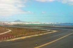 Emballement d'aéroport de Lanzarote avec la vue sur la ville Photographie stock libre de droits